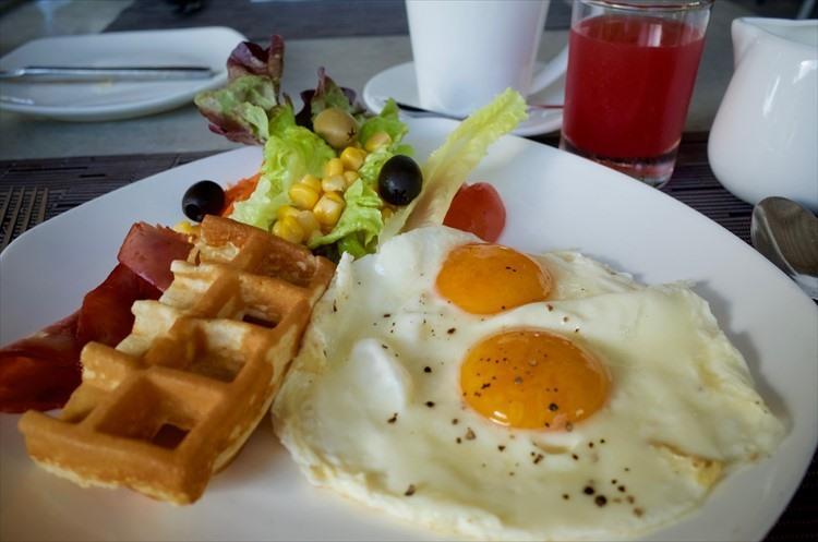 ワッフルに目玉焼き、ベーコン、サラダなど、朝からバランス良くしっかり食べたい人にはもちろん……