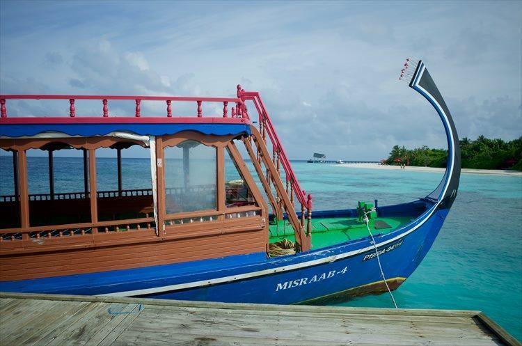 手ではなく片足を使って舵を取る伝統的な木造船、ドーニでいざ出港。特等席は2階前方。