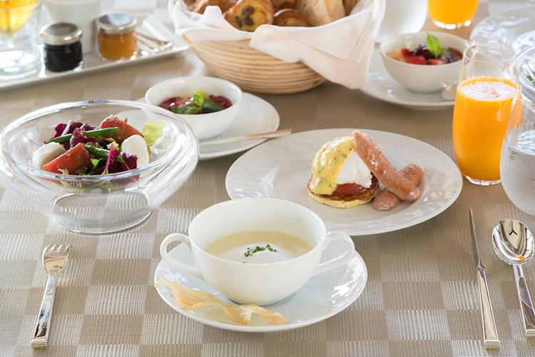 今帰仁のアグー豚を使ったソーセージ、柔らかな酸味とコクのあるベアルネーズソースが添えられたエッグベネディクトなど、こだわりの品々が揃う朝食。