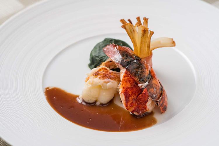 夕食は経験豊かなシェフの技が冴えるフランス料理のフルコース。連泊するとイタリア料理の選択肢も。