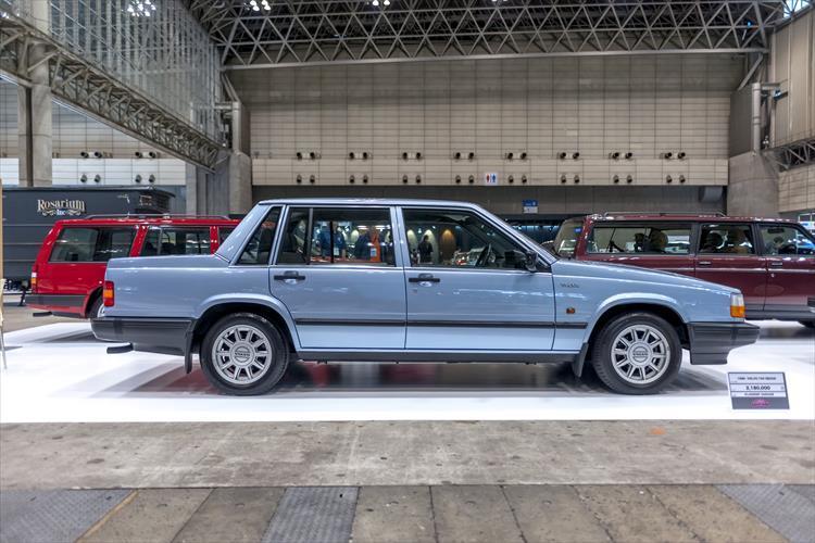"""ボルボが展開する公式のクラシックカー部門「KLASSISK GARAGE(クラシックガレージ)」の展示ブース。 1980年代?90年代の""""シカクいボルボ""""こと740や780、240といったモデルに加え、スペシャリティークーペP1800のワゴンモデルもディスプレイ。"""