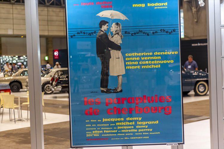 時には脇役として、時には主人公の愛車として銀幕に欠かせない存在といえるクルマ。往年の映画のポスターを展示したブースの姿も。