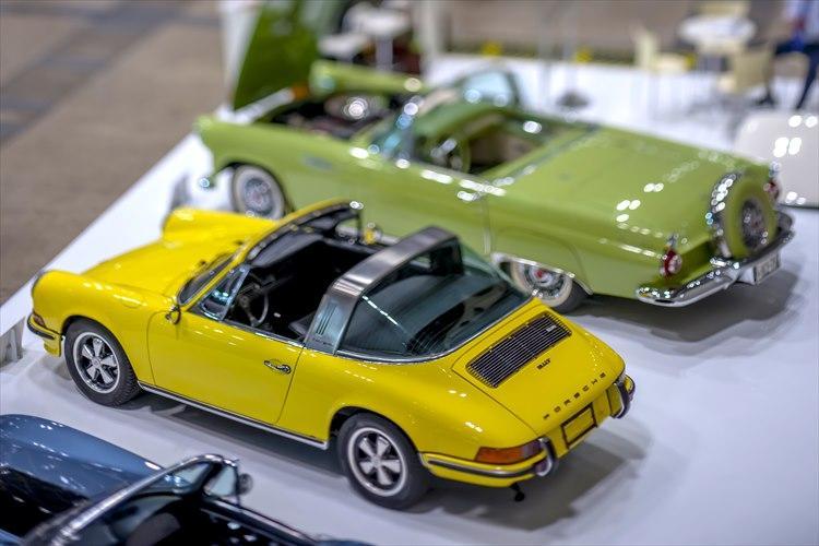 ヘリテージカーブームを巻き起こした空冷ポルシェ911。当時の価格高騰は落ち着きをみせたが、役付きや希少モデル、程度良好車は依然価値は変わらず。写真のイエローカラーは「ゴーランドカンパニー」が展示した1973年式の911Tタルガ。価格は980万円。