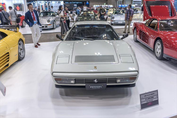 テスタロッサや512BBi、V8ミドシップの328GTBなどを一同に展示した、フェラーリを専門に手がける「AUTO SPECIALE」。7年ほど前には500万円台が相場だった328GTBは、ここでは既に2100万円のプライスを掲げている。