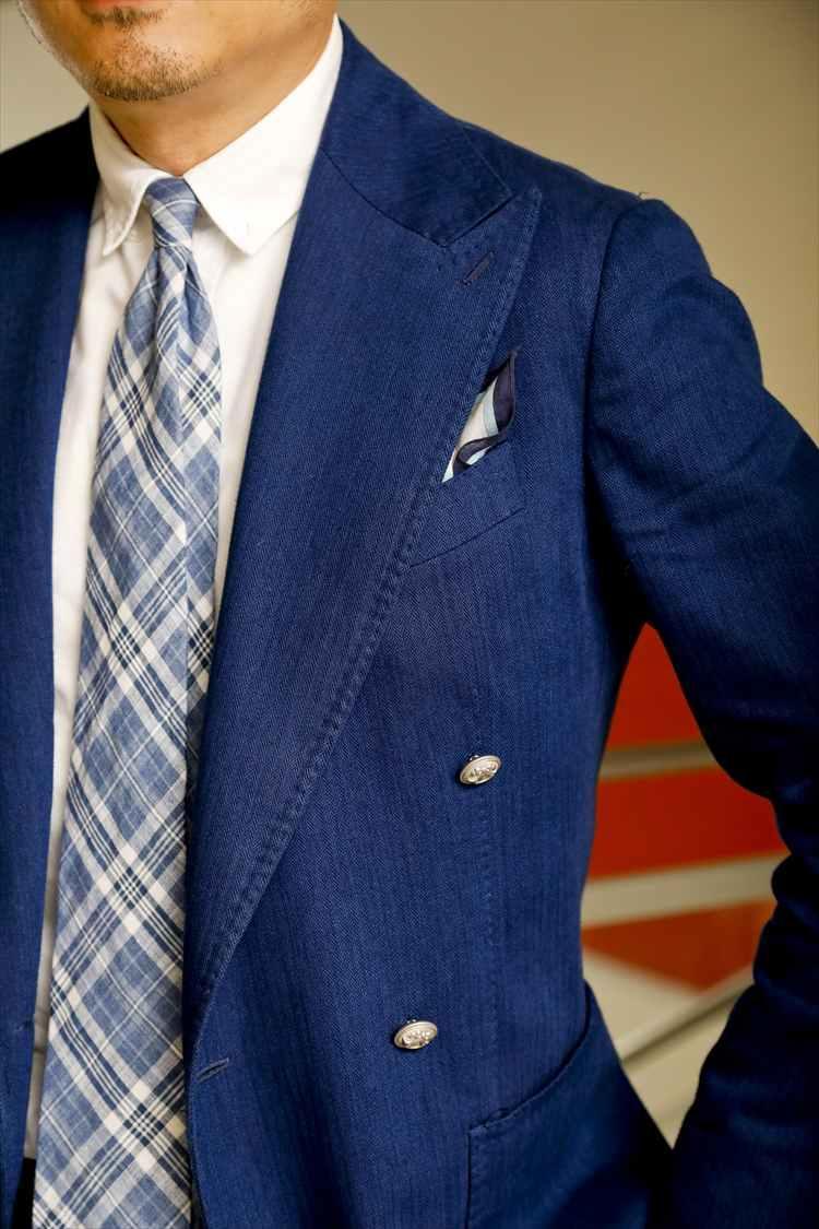 「好きなブルーで、色味を統一しました」。スッキリ見えるシルエットのジャケットなので、ダブルブレステッドのフロントを開けていても、爽やかな印象に。またジャケットとタイの生地の質感が調和しているのもさすがだ。