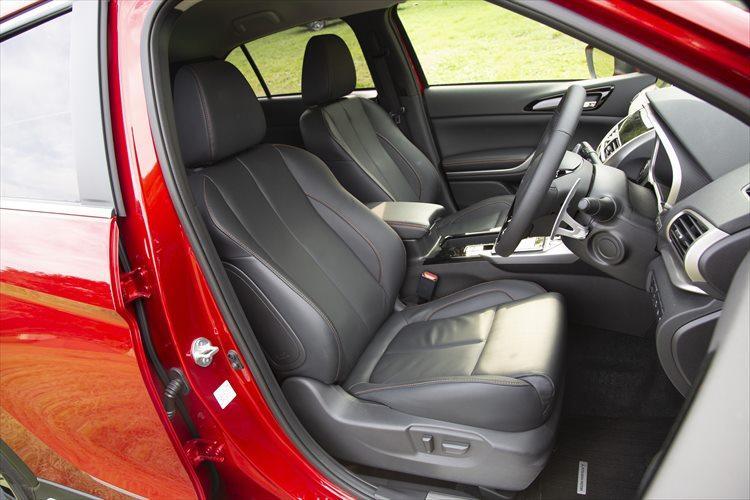 ボリューム感のあるシートは快適。ほどよいホールド感が長時間のドライブを疲労を軽減する。