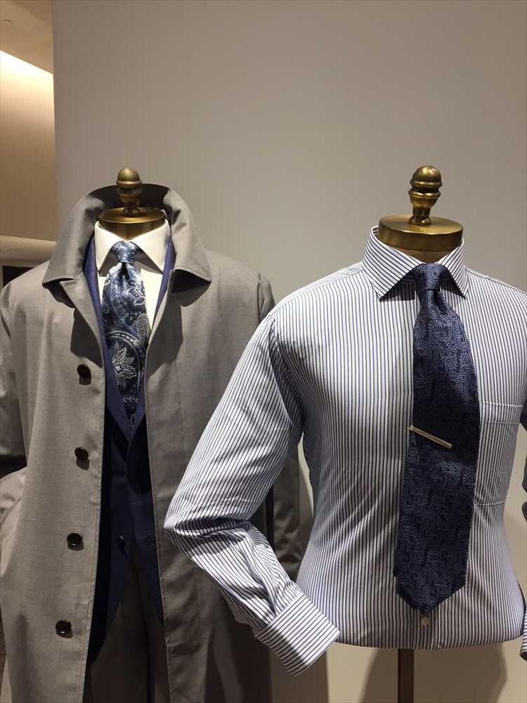 ペイズリー柄のネクタイも、ネイビーベースだとシックな印象。