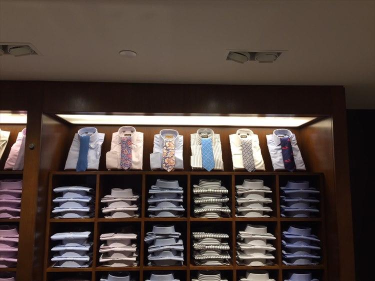 柄シャツ×柄ネクタイの組み合わせも。