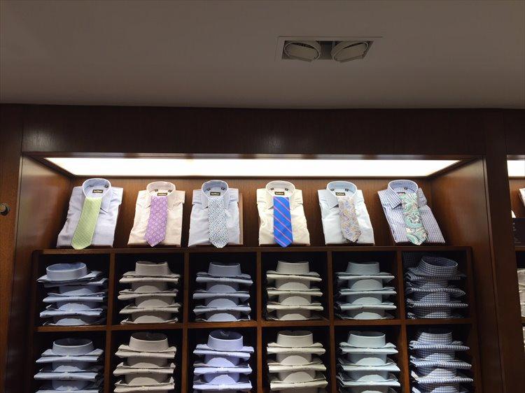 明るめトライプシャツ×明るめ大柄ネクタイもアリ。