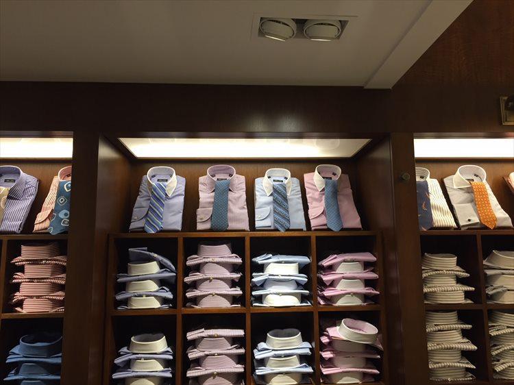 クレリックシャツは、ベースがサックスのみならずピンクなどを取り入れたものもある。