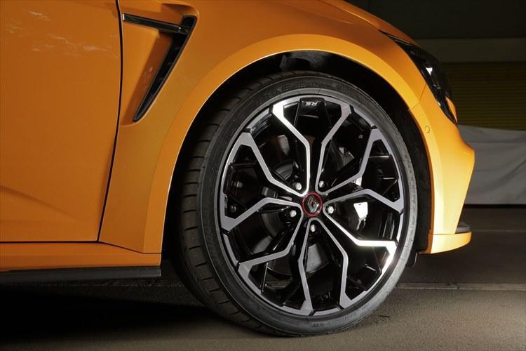 245/35R19サイズのタイヤは、ルノー・スポールが4輪操舵の特性を踏まえてブリヂストンと共同開発した専用設計だ。