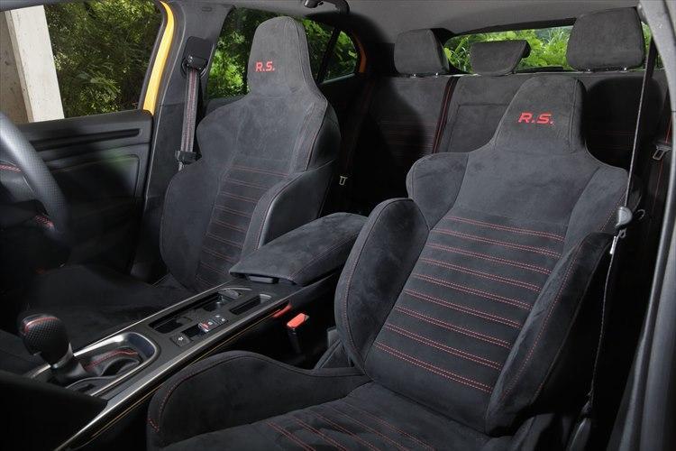 アルカンターラの高級な質感。バケット形状でホールド性が高いとはいえ、クッション厚の豊かなフロントシート。