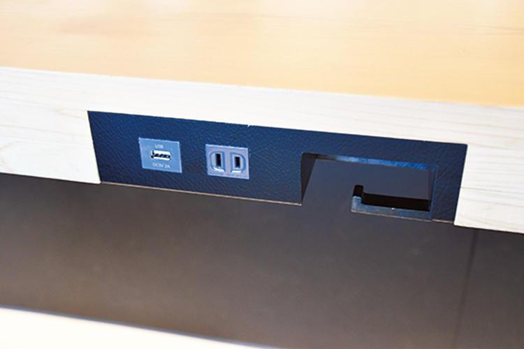<b>各席に電源つき</b><hr>コンセントに加えUSB電源もあるので、ノートパソコンとスマートフォンの同時充電も可能。