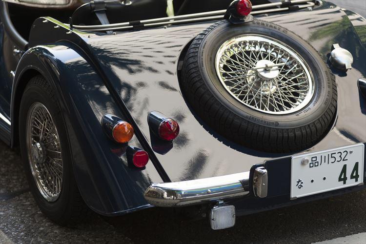 リアスタイルも独特。スペアタイヤの配置なども時代を感じる。