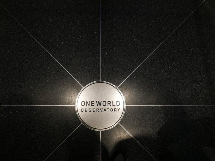 床にもロゴが。