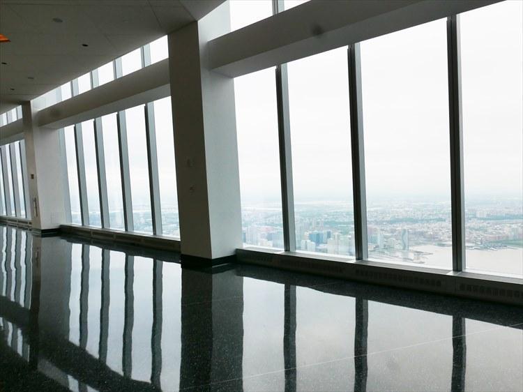 天井が高く、365度全方向に張り巡らされたガラス窓。ここから、NYの景色をいろいろな角度から眺めることが出来る。