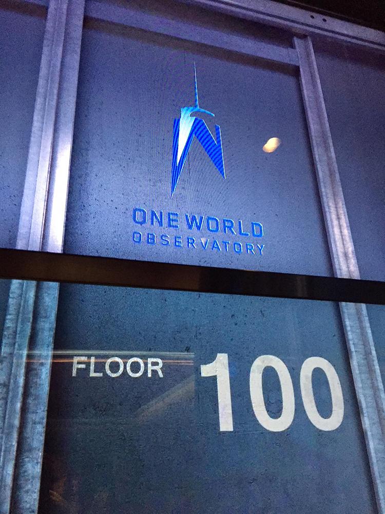展望台へのエレベーターの中では、登っている間に壁にデジタル映像が流れ、100階に到達すると100の文字が登場する。