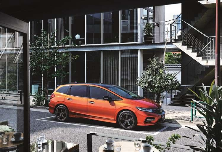 <b>HONDA JADE|ホンダ ジェイド</b><br />全長4660×全幅1775×全高1540mm(RS)と立体駐車場に入庫可能なサイズ。新設定のRSはインラインタイプのLEDヘッドライトや18インチアルミホイールを採用する。車両価格は239万8680円?。