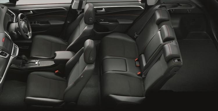 5名仕様に割り切ったことで後席の快適性は大幅に向上、シートスライドはできないがリクライニングは可能。また後席専用空調吹き出し口も採用する。