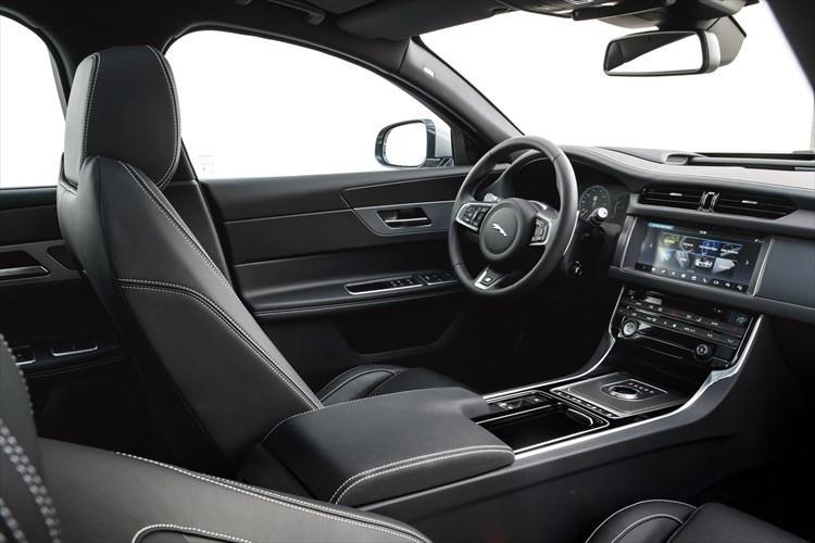 昨今のジャガー車はADAS(先進運転支援システム)のほか、インフォテインメント機能も強化されているのが特徴。装着される「InControl Touch Pro」は10.2インチの大型ディスプレイを採用。カーナビはもちろん音声認識による多彩な操作も可能だ。