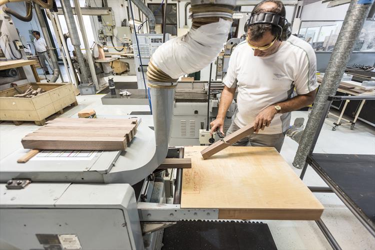 使用する素材を選ぶのも人なら、一つ一つを丹念に制作するのも人。熟練工による職人技が必要な作業ばかりで徒弟制度が今も受け継がれている。