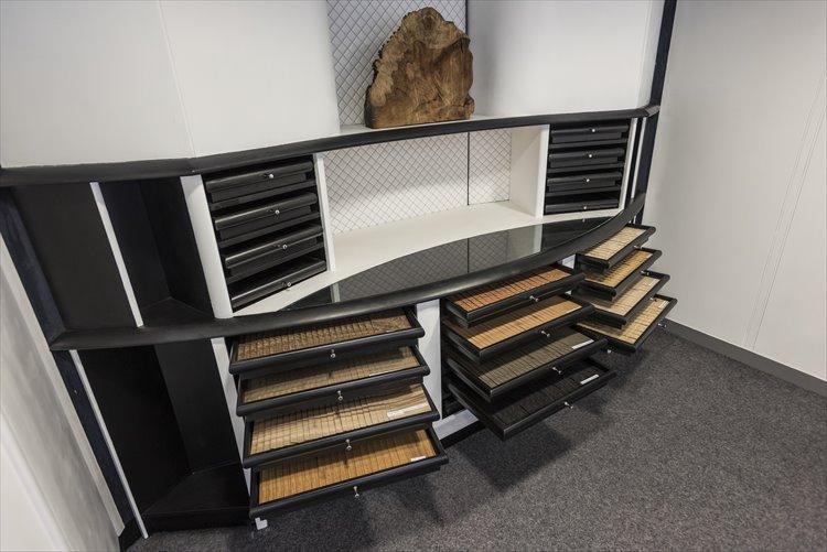 ベントレーのこだわりの一つがウッド素材。木材の種類や原産国ごとにまとめられ、保管状態にもこだわった専用の部屋にストックされている。