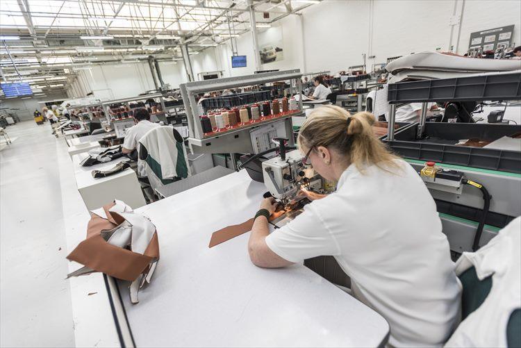 レザーを使った各部分も一部は機械を使用するが、ミシンなど操作するのは人間。細かい作業ひとつひとつに職人の心が込められている。