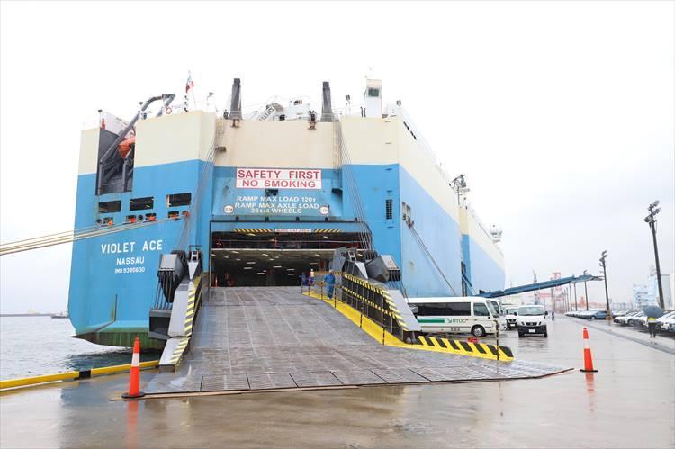 積み込みを行うのは船尾と船体右舷にあるスロープから。