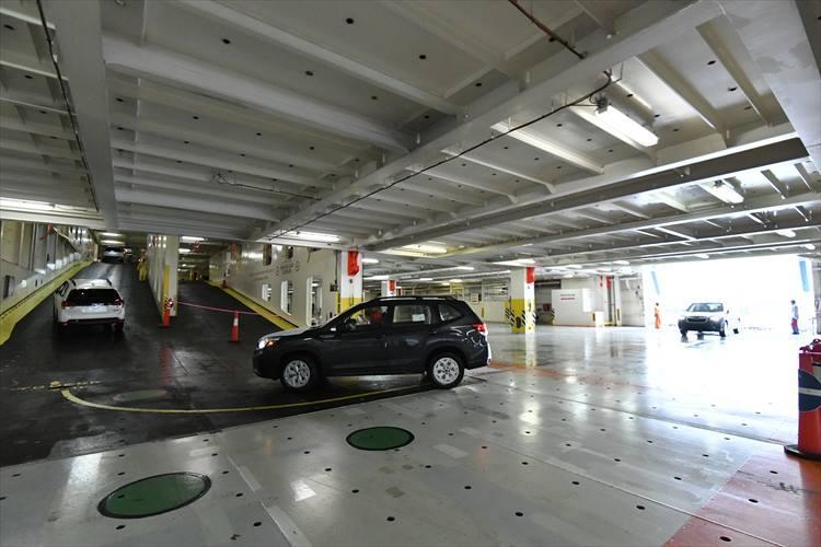船内はまるで立体駐車場。次々と新型フォレスターが乗り込んでくる。