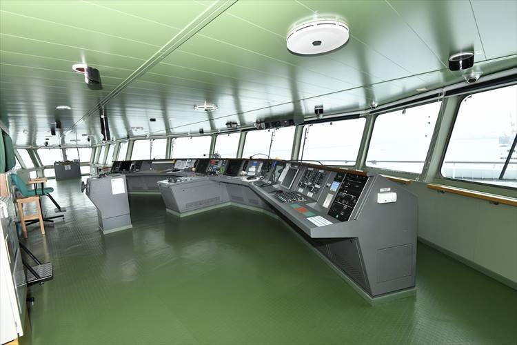 船積みの様子だけでなく船内も見学。ブリッジは想像以上にすっきりした作り。ほぼ自動航海だという。