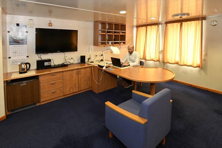ブリッジの下にある船長室。想像以上に広く快適そう。