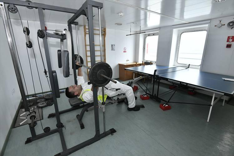 航海中に船員が使うために設けられたトレーニング室。奥には卓球台も。