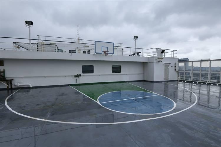 こちらは船上のバスケットコート。