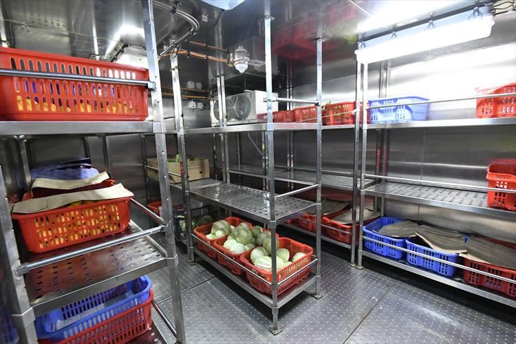 食料貯蔵庫。どこにも寄港しないこともあるため、食料などは多めに用意しているそうだ。
