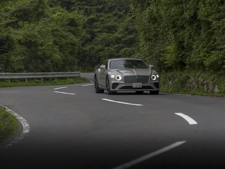 GT性能はもちろんのこと、スポーツ性や航続距離など、走りに関するほぼすべての性能が大幅に向上。エンジンはW12 TSIツインターボで、635psを誇る。