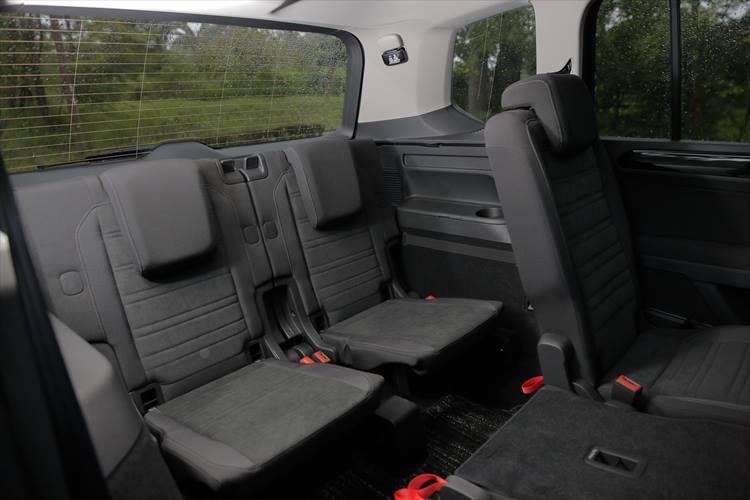 3列目まで3点式シートベルトを用意し、フル乗車でもしっかりと乗員をサポート。万が一の時、乗員の体を守るためにカーテンエアバッグをはじめ、室内には9つのエアバッグが設定されている。