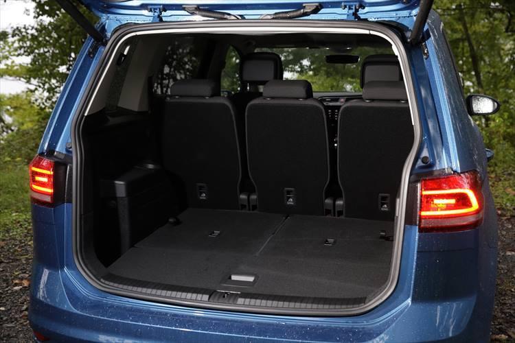 通常の5人乗り状態で広い荷室を使うこともでき、さらに後席をフラットにした大きな荷物を積むことも可能。後席を倒せば1857?の荷物を積むことができる。