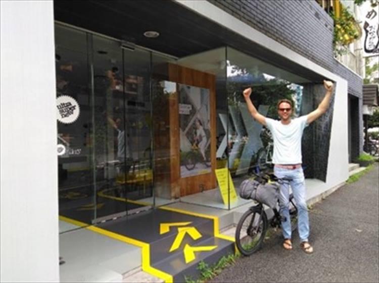 東京ブランドストア(※)に到着。写真のような普段着でのトライだったのにも驚かされる。※写真は旧店舗です。