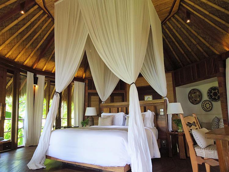 ツリーハウスタイプのマモレのお部屋は当然冷房完備でシティホテルと変わらぬ快適さを確保。リゾート感たっぷりのモスキートネット付きのベッドが優雅な気分を演出する。