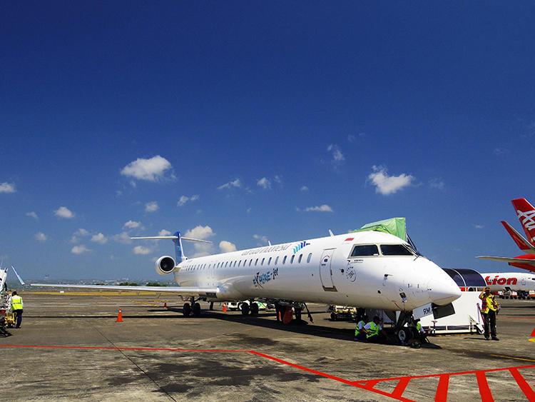 スンバ島へ飛ぶ機体はカナダのボンバルディア・エアロスペース社製。この日はほぼ満席の状態だった。