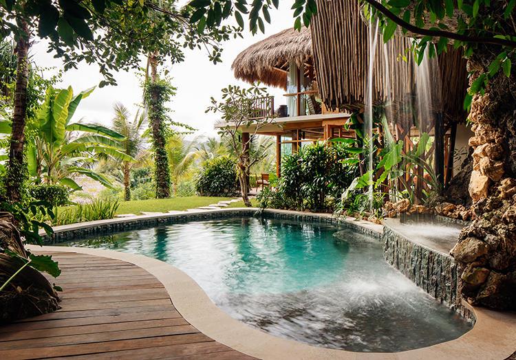 ラジャ メンダカ レジデンスには19mサイズと飛び込み台つきの2種類のプールがついていて、とにかくゴージャス。