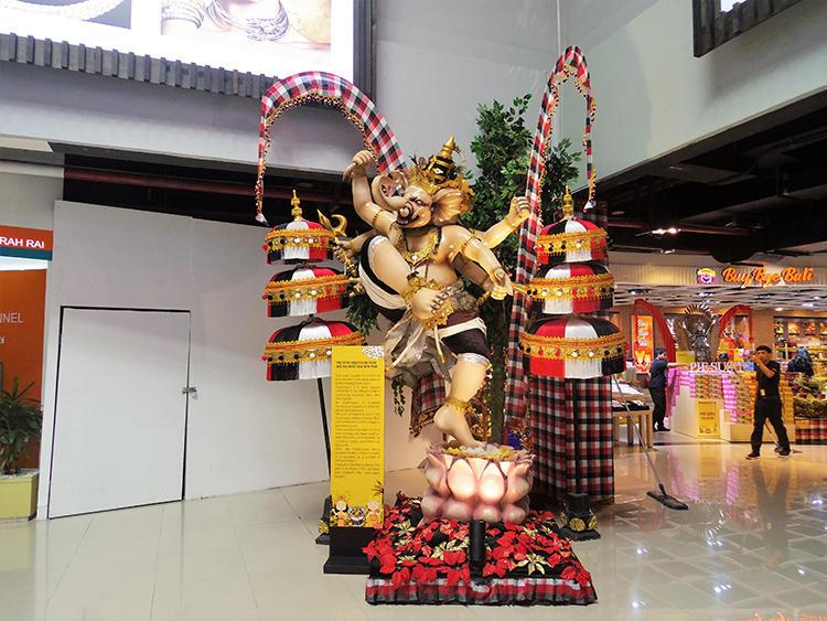 国内線ターミナルのあちこちにインドネシアならではの装飾を目にする。