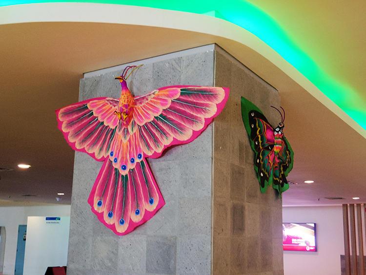 こちらもターミナル内の装飾。インドネシアはこのような凧が盛んなことでも知られている。