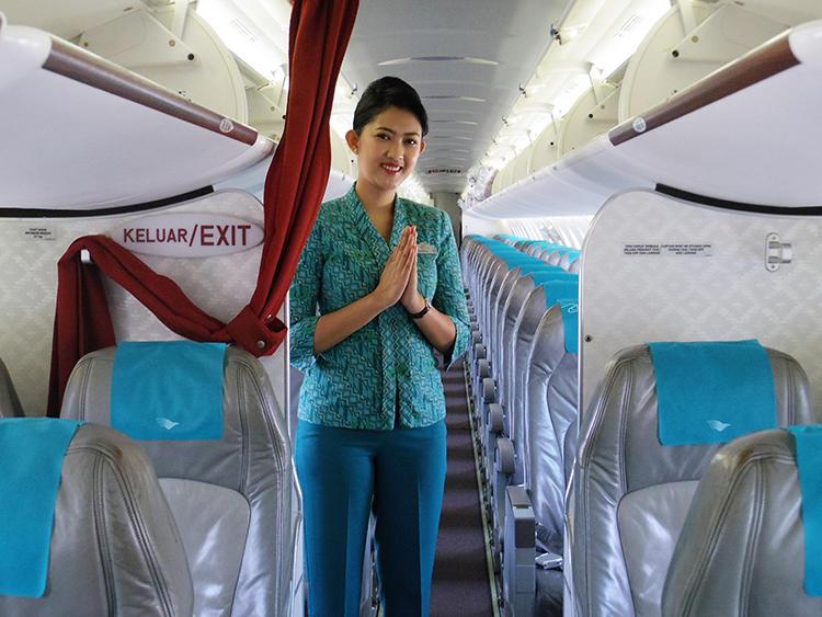 国内線も客室乗務員の優しい笑顔は同じ。インドネシアの人たちは本当に朗らかな人ばかりだ。