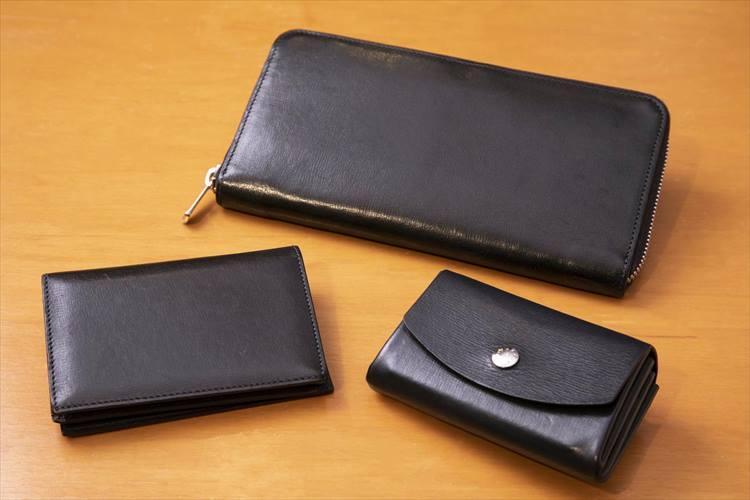 レザー小物3点はすべてファーロ。「価格が適正で作りがいい」と鏡さん。長財布(上)は、日本円+海外通貨2種類のほか、パスポートも収まり、出張で手放せない。両研磨のファスナーなど丁寧なつくりも魅力だ。財布を持ち歩くのが好きではないため、普段は蛇腹のミニウォレット(左下)に小銭、交通系カード、ID、カードキーなどを収納している。カードケース(右下)は蛇腹で中に仕切りがないのが特徴。カードを収める際、レザーの折り目ごとに、すぐに必要な名刺とそうでないものを分けられて機能的だという。