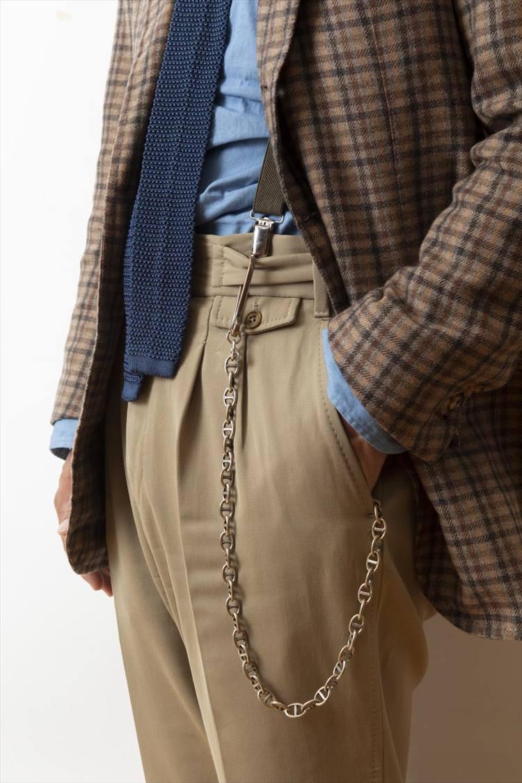 ジャケットを持ち上げると、ディ アミコのキーチェーンがキラリ。