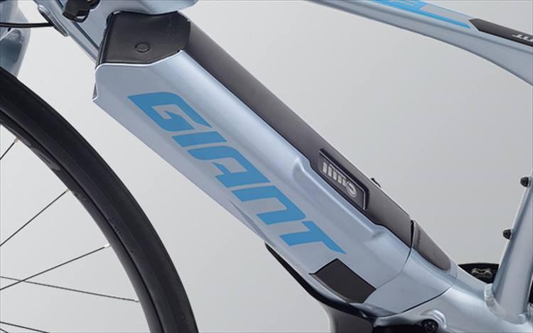 フレームと同色化された36V-13.8Ahの大容量リチウムイオンバッテリーはパナソニック製。1回の充電により90km(スポーツモード)から225km(エコモード)の航続距離を実現する。