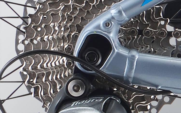 フロント&リアエンドには12mmスルーアクスル方式を採用。ホイールの固定力を高めると共に、車軸をフレームと一体化させることで車体剛性の向上も図る。