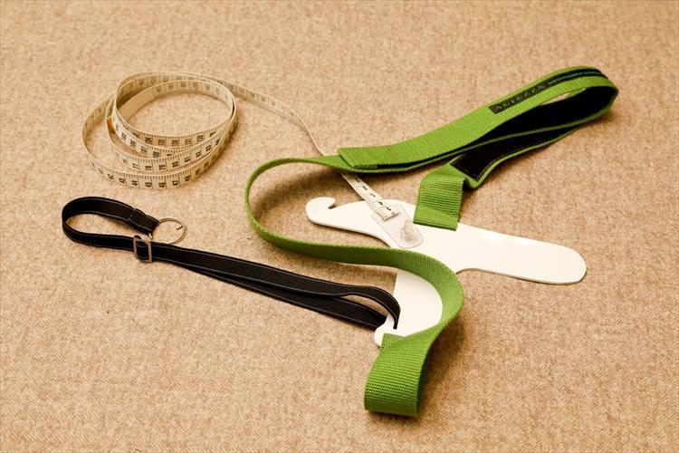 脇の下を通して、肩を斜め掛けにするなど複雑な計測も可能な鳩型採寸器。なんと自作の特別なツールだ。