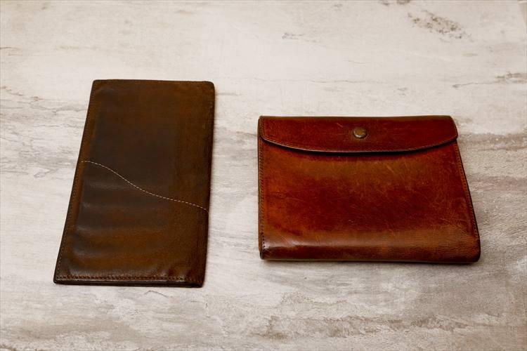 左の長財布が約10年前、右の財布は2004年に作ったもの。